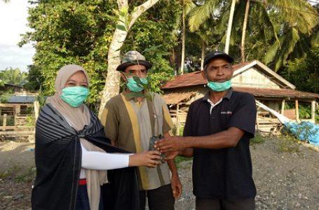 Monalisa menyerahkan bibit pohon kepada masyarakat Desa Rukun Damai, Kecamatan Babahrot, Kabupaten Aceh Barat Daya. (POJOK GAMBUT/NURUL FAHMI).