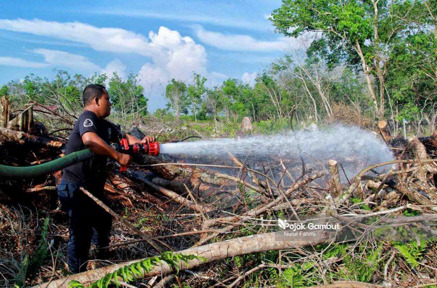 Pemadaman Kebakaran Lahan Gambut di Aceh Barat